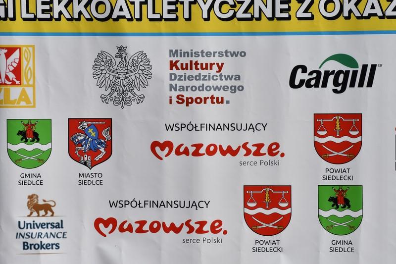 ścianka z logotypami partenrów i sponsorów mistrzostw Polski w chodzie na 20km