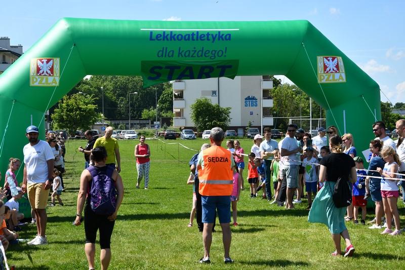 grupa ludzi przy mecie Mistrzostw Polski w chodzie sportowym na 20 km