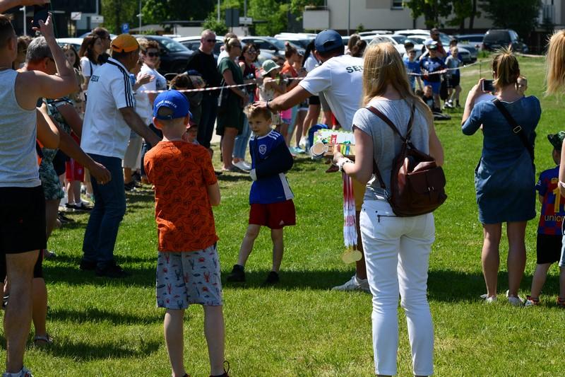 dzieci i dorośli podczas wręczania medali podczas mistrzostw polsk iw chodzie