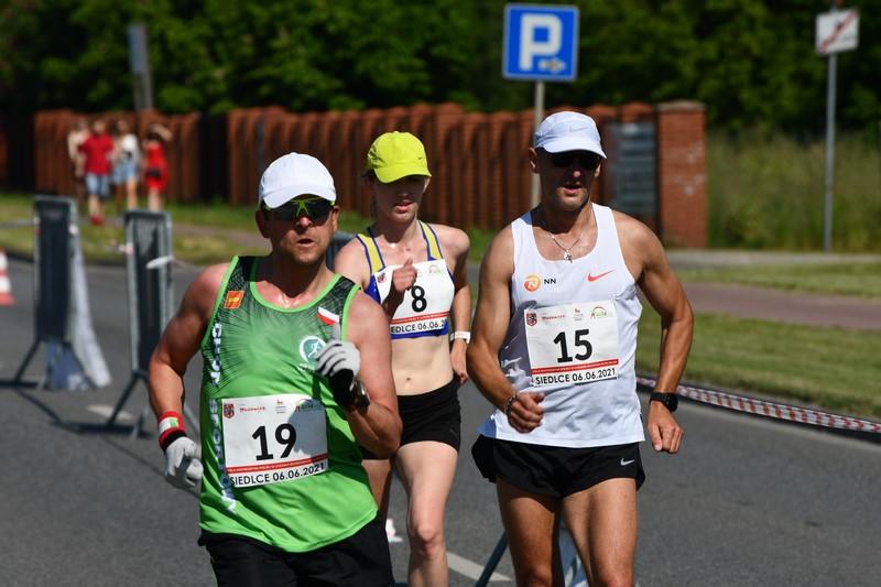 grupa trzech zawodników na trasie pdoczas chodu na 20km