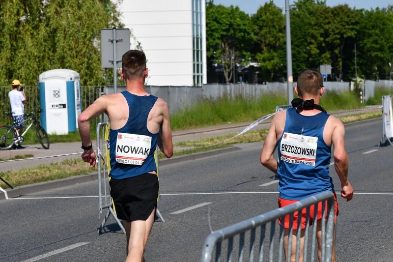 dwóch zawodników na trasie podczas chodu