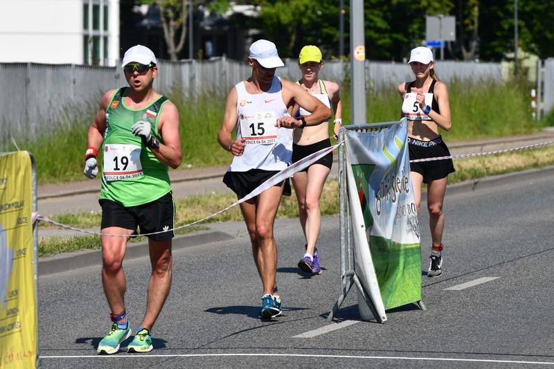 zawodnicy na trasie chodu podczas mistrzostw Polski w chodzie na 20km